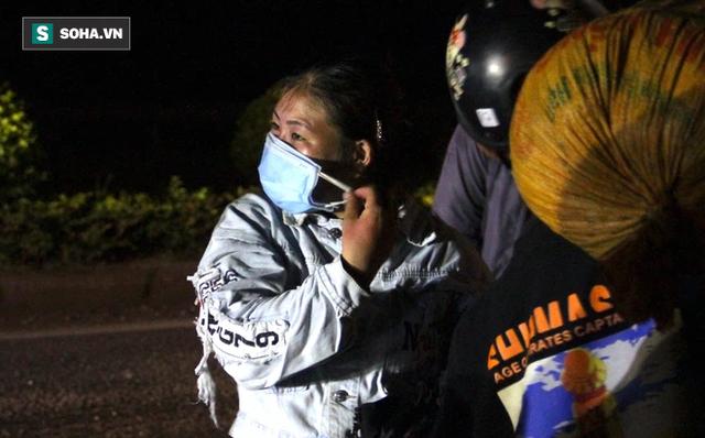 Cảnh tài xế trắng đêm chờ đón và hỗ trợ bà con đi từ miền Nam về quê tránh dịch Covid-19 - Ảnh 4.