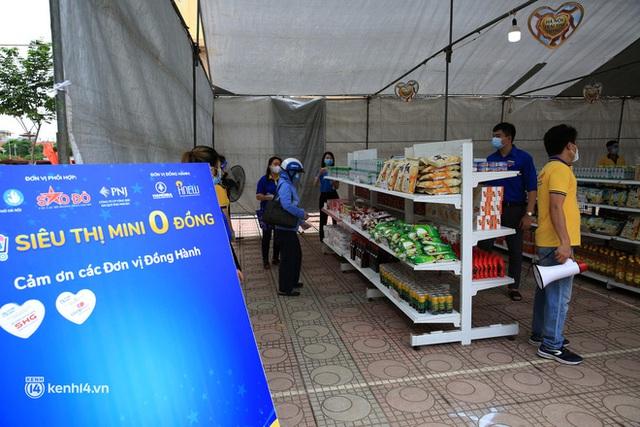 Ảnh: Người dân nghèo phấn khởi tới siêu thị 0 đồng đầu tiên tại Hà Nội - Ảnh 5.