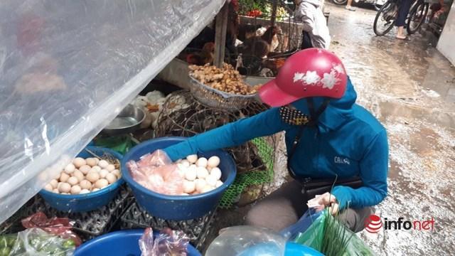 Hà Nội: Tôm, thịt lợn giá rẻ bất ngờ, rẻ hơn trước giãn cách, chợ đầy ắp tươi ngon - Ảnh 4.