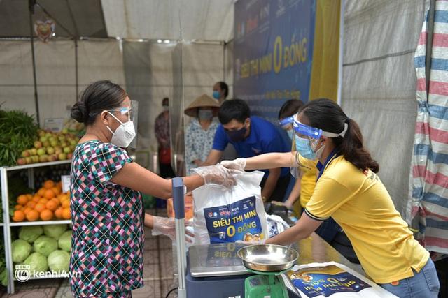 Ảnh: Người dân nghèo phấn khởi tới siêu thị 0 đồng đầu tiên tại Hà Nội - Ảnh 6.
