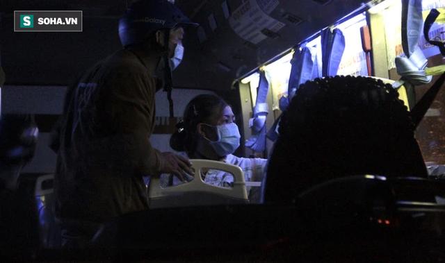 Cảnh tài xế trắng đêm chờ đón và hỗ trợ bà con đi từ miền Nam về quê tránh dịch Covid-19 - Ảnh 7.
