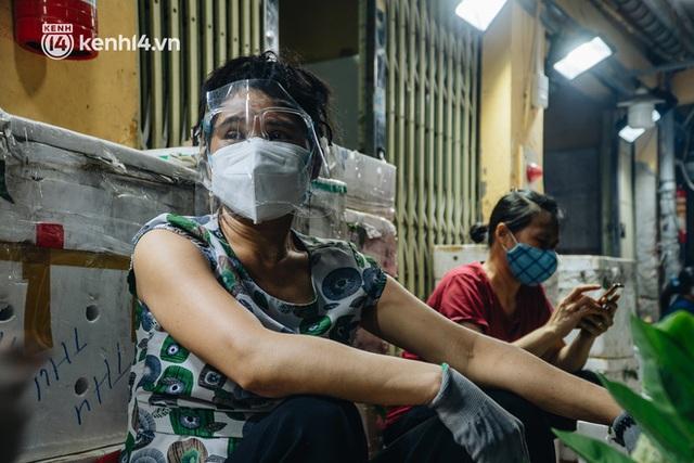 Hà Nội: Phong tỏa khu vực hải sản trong chợ Long Biên, tập trung truy vết liên quan ca Covid-19 từng đến đây - Ảnh 8.