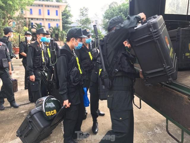 Cận cảnh hàng trăm cảnh sát cơ động chi viện cho TPHCM và Bình Dương chống dịch - Ảnh 1.