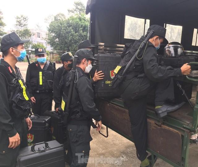 Cận cảnh hàng trăm cảnh sát cơ động chi viện cho TPHCM và Bình Dương chống dịch - Ảnh 2.