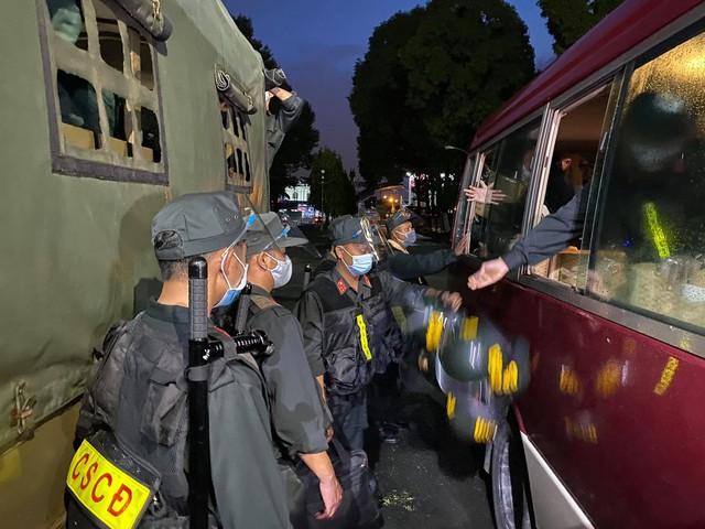 Cận cảnh hàng trăm cảnh sát cơ động chi viện cho TPHCM và Bình Dương chống dịch - Ảnh 5.