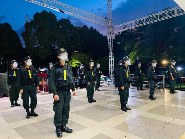 Cận cảnh hàng trăm cảnh sát cơ động chi viện cho TPHCM và Bình Dương chống dịch - Ảnh 6.