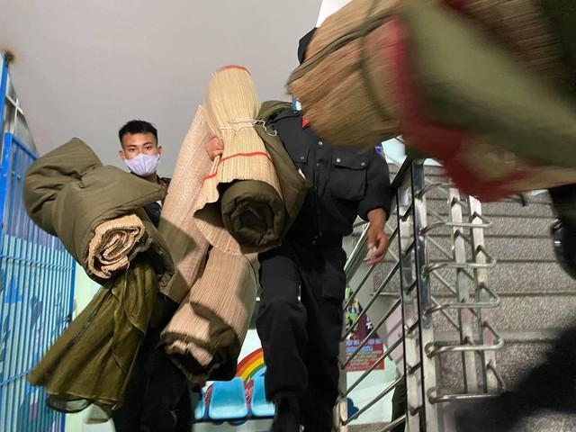 Cận cảnh hàng trăm cảnh sát cơ động chi viện cho TPHCM và Bình Dương chống dịch - Ảnh 7.