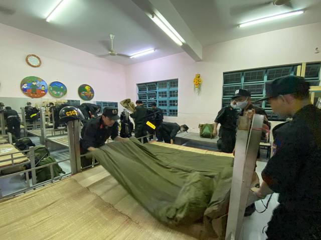 Cận cảnh hàng trăm cảnh sát cơ động chi viện cho TPHCM và Bình Dương chống dịch - Ảnh 8.