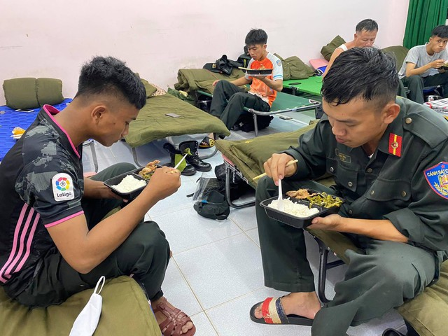 Cận cảnh hàng trăm cảnh sát cơ động chi viện cho TPHCM và Bình Dương chống dịch - Ảnh 9.