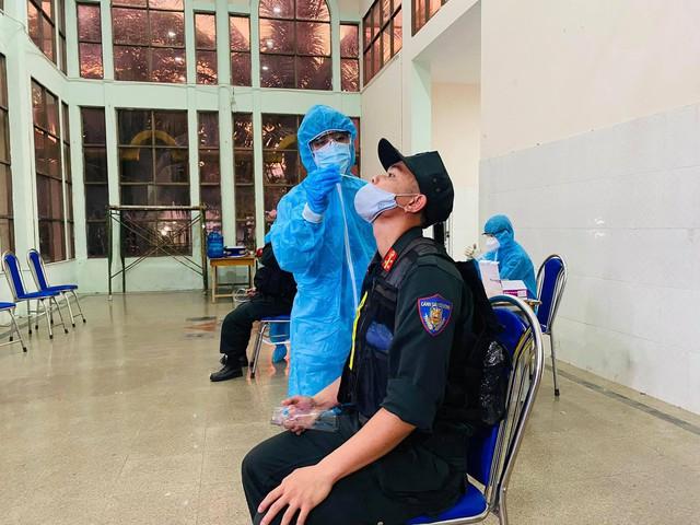Cận cảnh hàng trăm cảnh sát cơ động chi viện cho TPHCM và Bình Dương chống dịch - Ảnh 10.