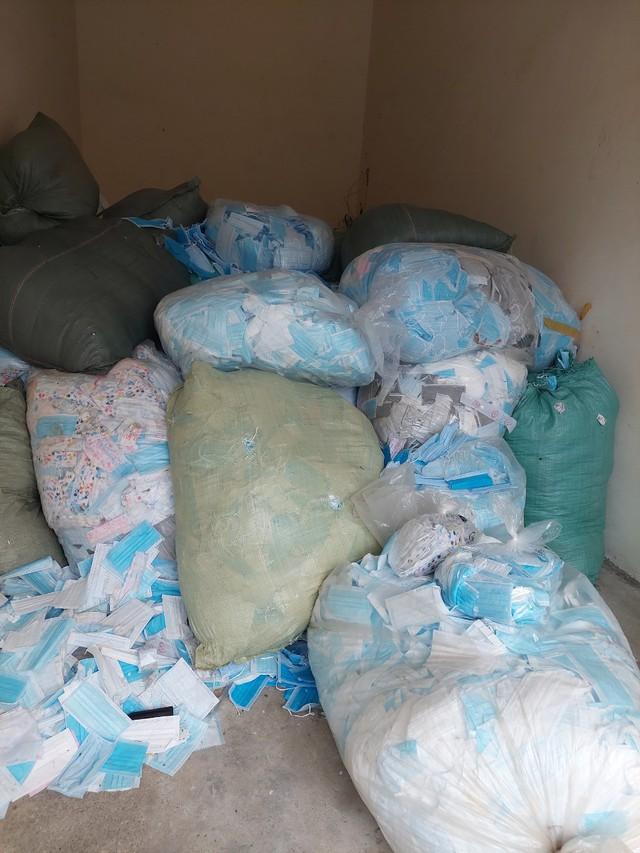 Phát hiện trên 1 tấn khẩu trang lỗi được tái chế nhằm tung ra thị trường kiếm lời - Ảnh 2.