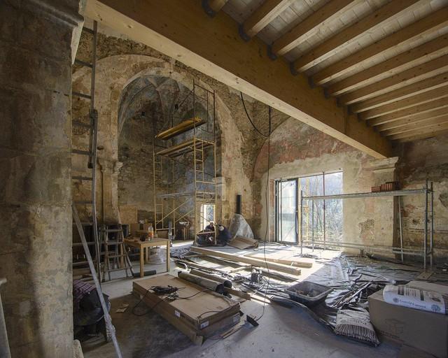 Góc lột xác bất ngờ: Nhà thờ bị bỏ hoang từ thế kỷ 16 đã được cải tạo thành ngôi nhà cá tính đến bất ngờ, sự độc đáo khiến ai cũng say lòng - Ảnh 3.