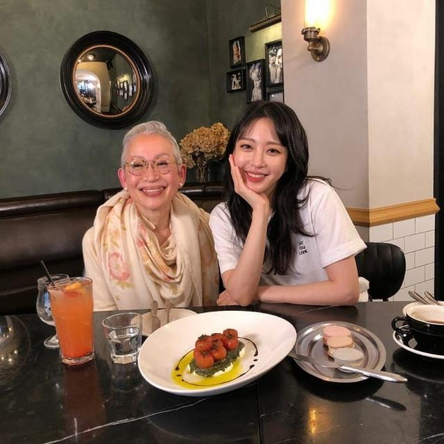 Khám phá bí quyết duy trì sức khỏe và vóc dáng của cụ bà Hàn Quốc gần 70 tuổi sở hữu 800.000 followers trên YouTube - Ảnh 2.