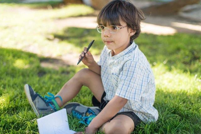 Đừng đánh đổi bất kỳ điều gì với tầm nhìn của con: Chưa đi học trẻ vẫn có thể bị cận thị, cha mẹ chú ý tới mắt trẻ càng sớm càng tốt - Ảnh 2.