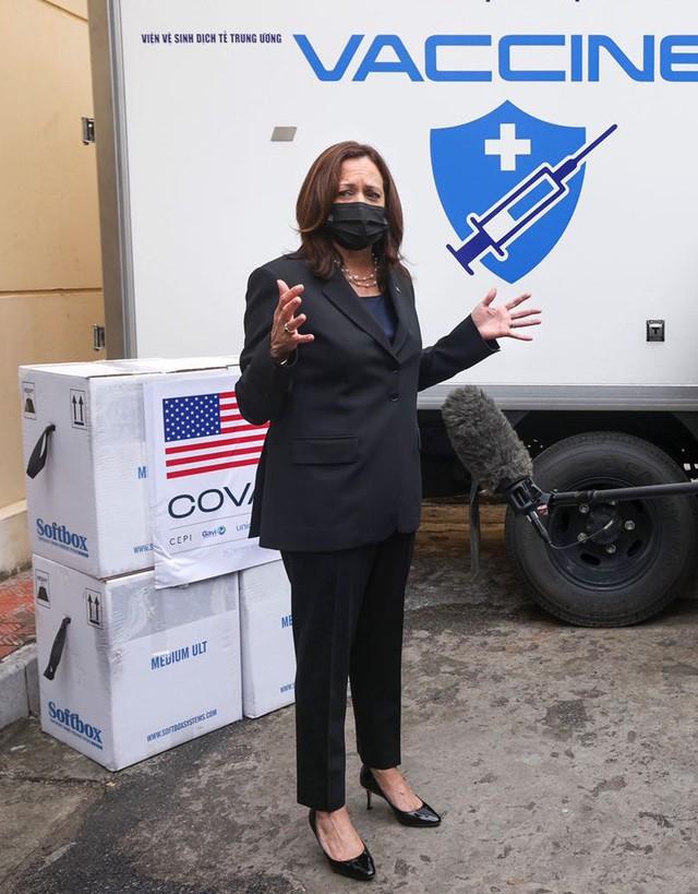 Chùm ảnh: Phó Tổng thống Mỹ Kamala Harris tham quan kho siêu lạnh bảo quản vắc xin ở Viện Vệ sinh Dịch tễ Trung ương - Ảnh 3.