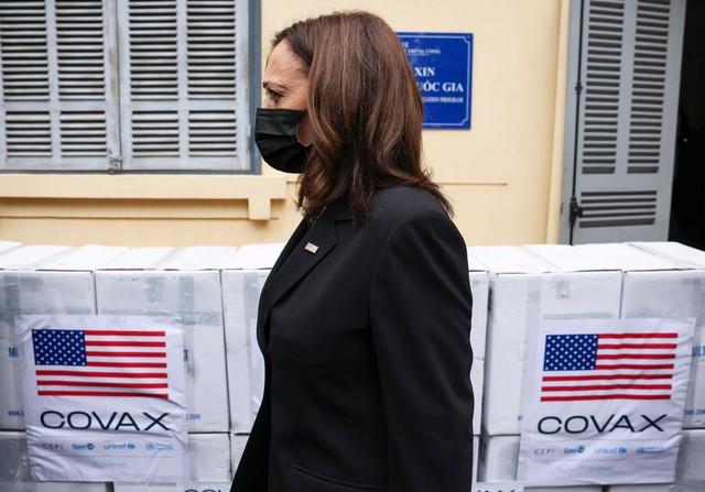 Chùm ảnh: Phó Tổng thống Mỹ Kamala Harris tham quan kho siêu lạnh bảo quản vắc xin ở Viện Vệ sinh Dịch tễ Trung ương - Ảnh 2.