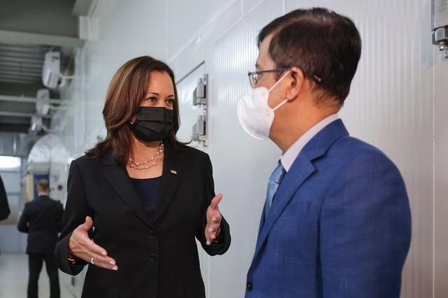 Chùm ảnh: Phó Tổng thống Mỹ Kamala Harris tham quan kho siêu lạnh bảo quản vắc xin ở Viện Vệ sinh Dịch tễ Trung ương - Ảnh 1.