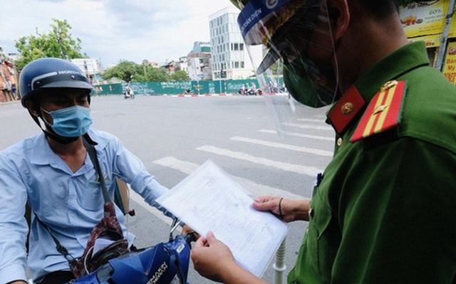 Hà Nội: Phát hiện giấy đi đường của người bán cá mới '8 tháng tuổi'