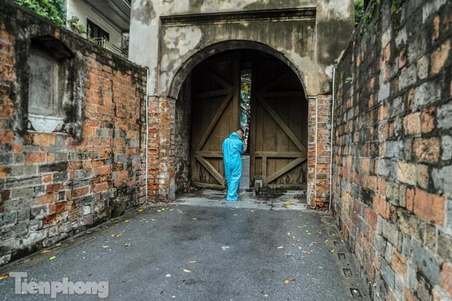 Lạ lẫm hình ảnh Ô Quan Chưởng cửa đóng then cài ngày giãn cách xã hội - Ảnh 12.