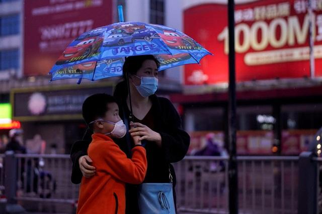 Có tỉ lệ tiêm vaccine cao hàng đầu: Tại sao Bắc Kinh vẫn phòng thủ bằng mọi giá, chặn tàu xe từ nơi có dịch? - Ảnh 1.