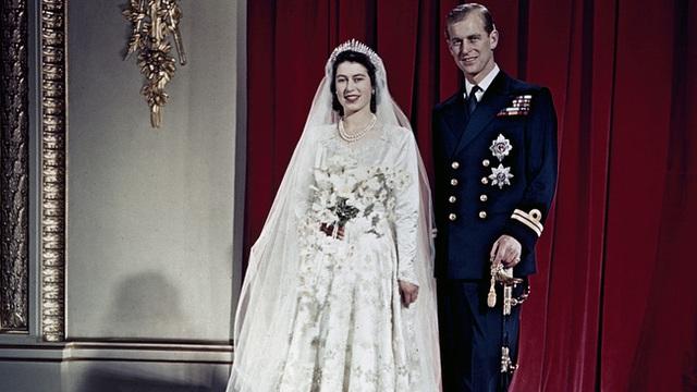 Điều ít biết về chiếc bánh cưới của Nữ hoàng Anh, ẩn chứa bí quyết đặc biệt sau 68 năm vẫn ăn được như thường  - Ảnh 1.