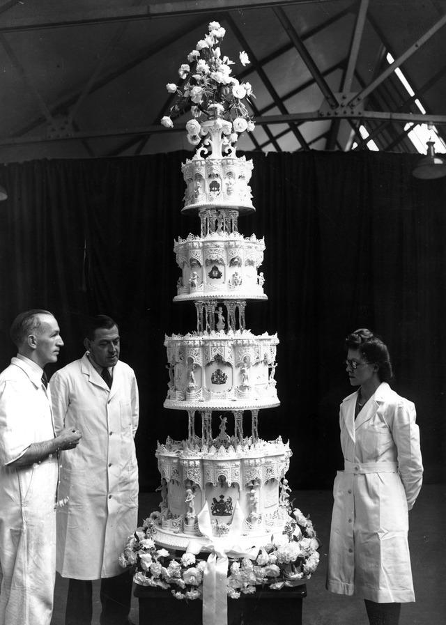 Điều ít biết về chiếc bánh cưới của Nữ hoàng Anh, ẩn chứa bí quyết đặc biệt sau 68 năm vẫn ăn được như thường  - Ảnh 2.
