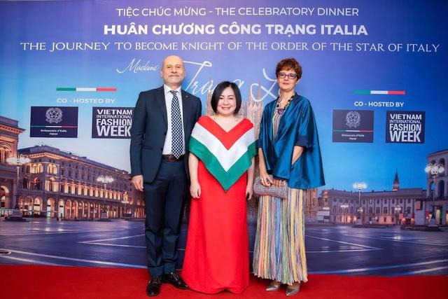 Nữ doanh nhân người Việt nhận Huân chương Công trạng của Ý: Từ bà mẹ 2 con bị các công ty từ chối vì quá tuổi đến bà trùm quyền lực chắp cánh cho thời trang Việt  - Ảnh 1.