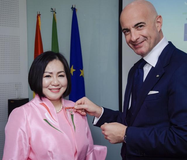 Nữ doanh nhân người Việt nhận Huân chương Công trạng của Ý: Từ bà mẹ 2 con bị các công ty từ chối vì quá tuổi đến bà trùm quyền lực chắp cánh cho thời trang Việt  - Ảnh 8.