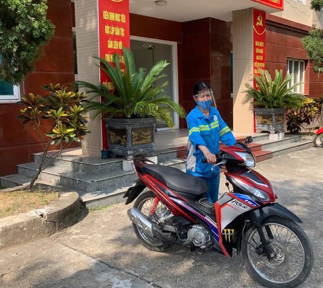 Ấm lòng: Các chiến sĩ công an góp tiền tặng xe máy mới cho nữ lao công ở Hà Nội bị cướp xe trong đêm - Ảnh 1.