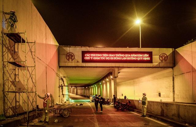 Hà Nội: Hàng chục công nhân làm việc xuyên đêm để sửa chữa hầm chui Kim Liên - Ảnh 11.