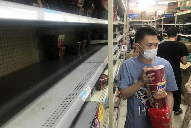 Vũ Hán trở lại những ngày đầu chống dịch, người dân mua sắm hoảng loạn - Ảnh 4.