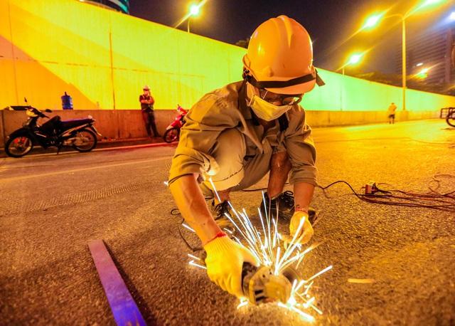 Hà Nội: Hàng chục công nhân làm việc xuyên đêm để sửa chữa hầm chui Kim Liên - Ảnh 8.