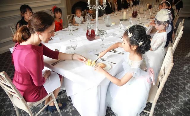 Lớp học CEO nhí dành cho con nhà giàu xứ Trung: 3 tuổi học đánh golf, tập ký hợp đồng giá trị, cư xử như một quý tộc Anh  - Ảnh 2.