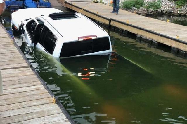 Bán tải tiền tỷ chìm xuống sông ngay trên sóng truyền hình trực tiếp, MC hốt hoảng, quay phim nói: Anh có nghĩ họ cần đi nhờ xe không?  - Ảnh 1.