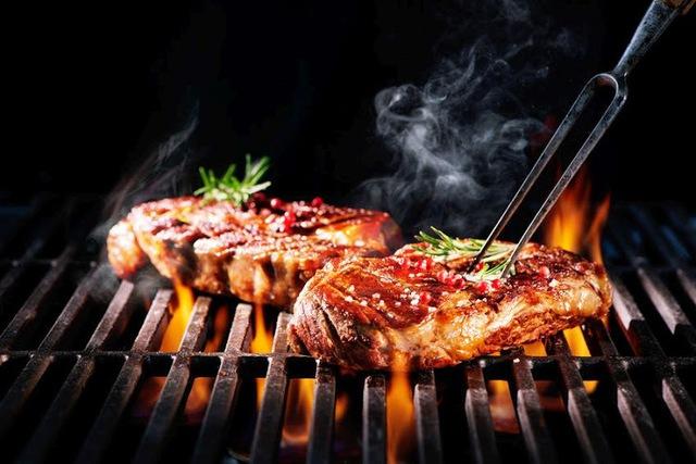 Ăn thịt nướng có gây ung thư không? Bác sĩ BV Việt Đức chỉ ra một điều quan trọng để ăn ngon mà giảm tác hại đến sức khỏe - Ảnh 1.