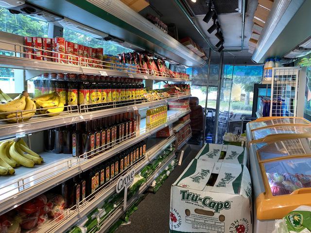 Siêu thị mini di động bán thực phẩm giá bình ổn lần đầu tiên xuất hiện tại TP HCM - Ảnh 1.