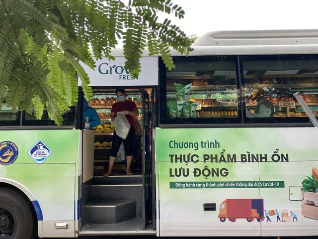 Siêu thị mini di động bán thực phẩm giá bình ổn lần đầu tiên xuất hiện tại TP HCM - Ảnh 4.
