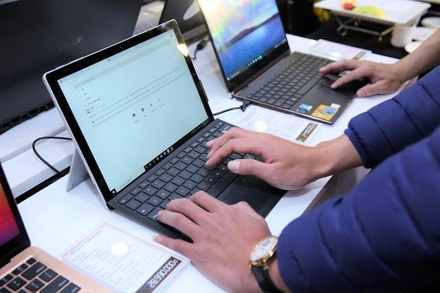 Laptop, tablet mùa khai giảng: Tăng giá, khan hàng, có tiền muốn mua cũng khó - Ảnh 1.
