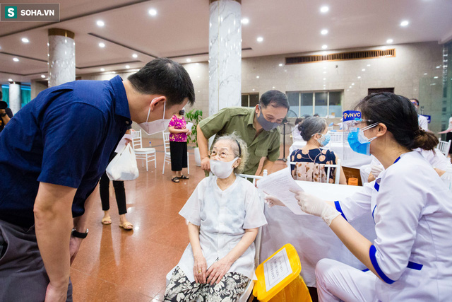 [ẢNH] Hà Nội tiêm vắc-xin Covid-19 diện rộng, hơn 1000 người xếp hàng đến nửa đêm chờ đến lượt - Ảnh 2.