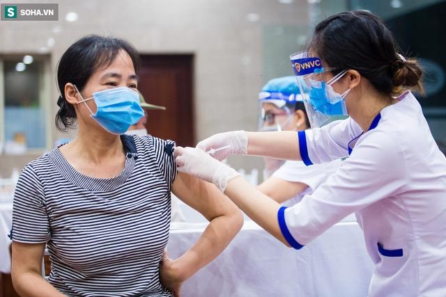 [ẢNH] Hà Nội tiêm vắc-xin Covid-19 diện rộng, hơn 1000 người xếp hàng đến nửa đêm chờ đến lượt - Ảnh 11.