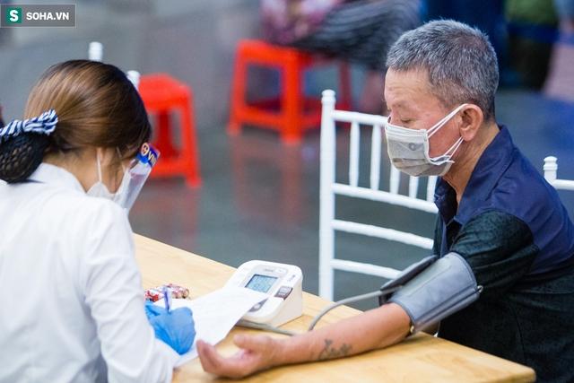 [ẢNH] Hà Nội tiêm vắc-xin Covid-19 diện rộng, hơn 1000 người xếp hàng đến nửa đêm chờ đến lượt - Ảnh 9.