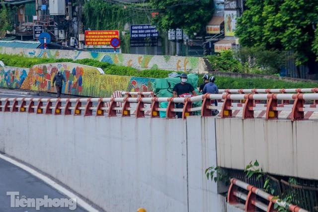 Né chốt vùng đỏ, người dân phóng ngược chiều lên cầu Chương Dương - Ảnh 11.