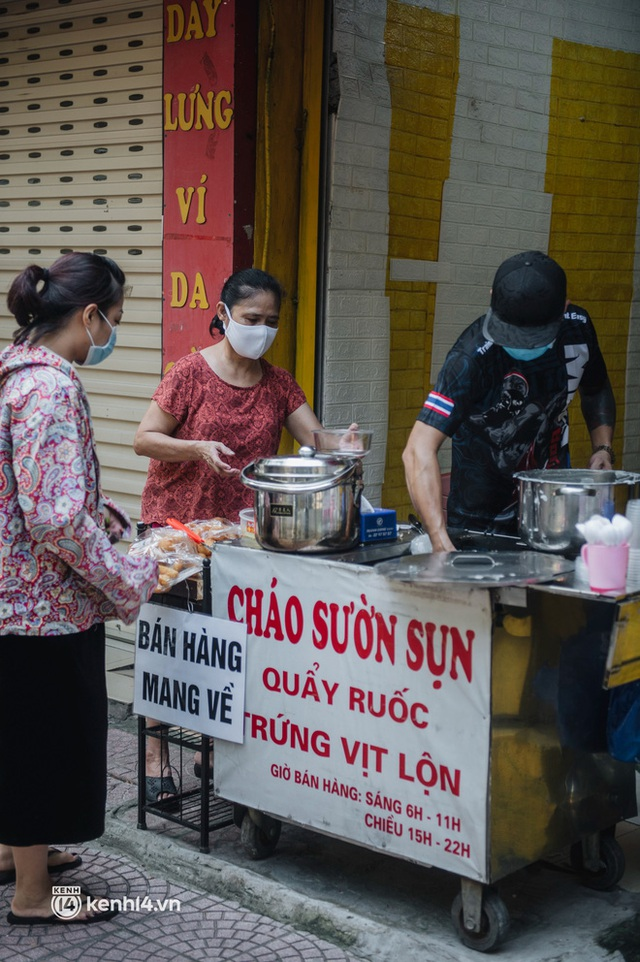 Xếp hàng dài mua đồ ăn ở Long Biên (Hà Nội): Khách mang cả cái nồi to, chủ quán làm 500 tô/ngày vẫn không đủ bán - Ảnh 11.