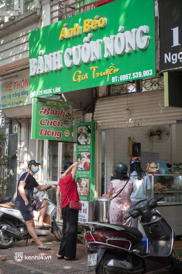 Xếp hàng dài mua đồ ăn ở Long Biên (Hà Nội): Khách mang cả cái nồi to, chủ quán làm 500 tô/ngày vẫn không đủ bán - Ảnh 12.