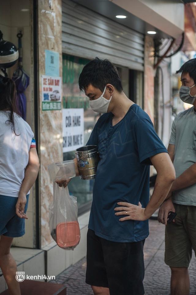 Xếp hàng dài mua đồ ăn ở Long Biên (Hà Nội): Khách mang cả cái nồi to, chủ quán làm 500 tô/ngày vẫn không đủ bán - Ảnh 14.