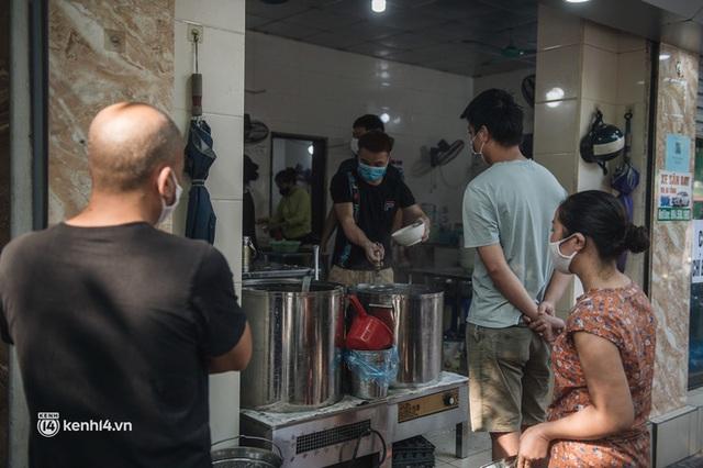 Xếp hàng dài mua đồ ăn ở Long Biên (Hà Nội): Khách mang cả cái nồi to, chủ quán làm 500 tô/ngày vẫn không đủ bán - Ảnh 15.