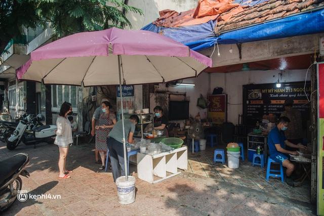 Xếp hàng dài mua đồ ăn ở Long Biên (Hà Nội): Khách mang cả cái nồi to, chủ quán làm 500 tô/ngày vẫn không đủ bán - Ảnh 16.