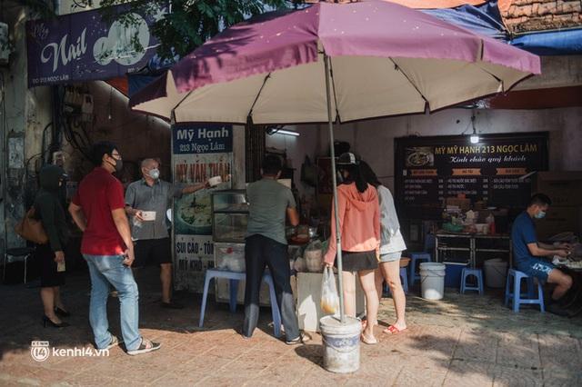 Xếp hàng dài mua đồ ăn ở Long Biên (Hà Nội): Khách mang cả cái nồi to, chủ quán làm 500 tô/ngày vẫn không đủ bán - Ảnh 18.