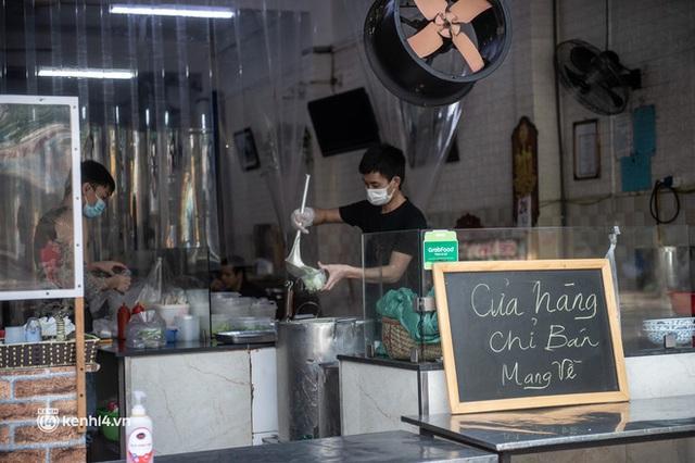 Xếp hàng dài mua đồ ăn ở Long Biên (Hà Nội): Khách mang cả cái nồi to, chủ quán làm 500 tô/ngày vẫn không đủ bán - Ảnh 19.