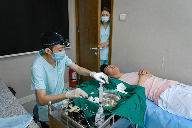 Lột trần khuôn mặt đẹp rạng ngời đúng chuẩn của nam giới Trung Quốc: Giật mình với sự thật đằng sau - Ảnh 1.